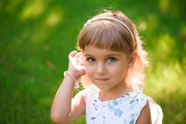 Retrato de uma linda jovem menina