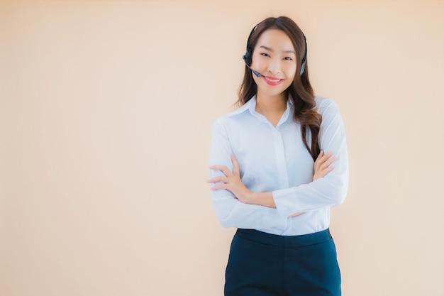 Retrato de uma linda jovem mulher de negócios asiática com fone de ouvido para call center
