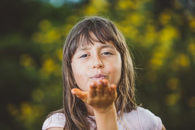 Retrato de uma linda jovem na fazenda manda beijo