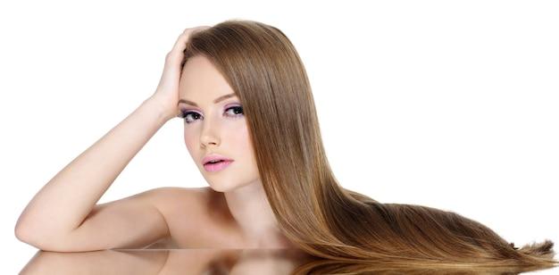 Retrato de uma linda menina adolescente com cabelo longo e reto,