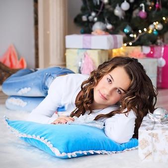 Retrato de uma linda menina adolescente com cabelos longos soltos no interior