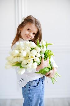 Retrato de uma linda menina bonita com flores brancas