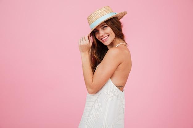 Retrato de uma linda menina bonita no vestido de verão