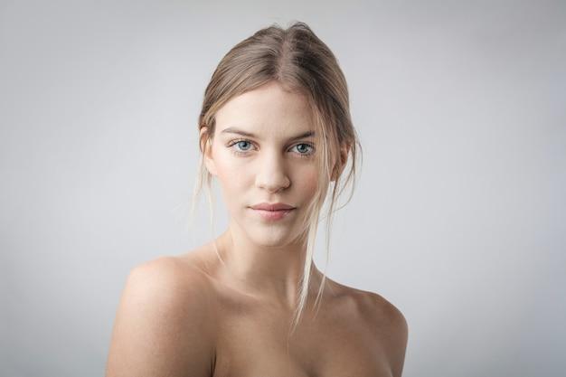 Retrato de uma linda menina loira