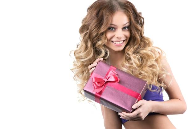 Retrato de uma linda menina sorridente com presentes em fundo branco