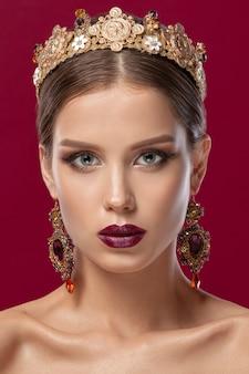 Retrato de uma linda modelo feminina com maquiagem natural