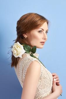 Retrato de uma linda mulher adulta, a beleza natural de uma mulher, pele limpa