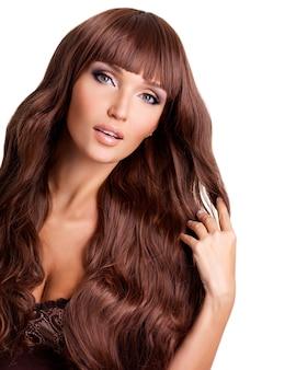 Retrato de uma linda mulher adulta com longos cabelos vermelhos.