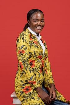 Retrato de uma linda mulher africana com casaco floral