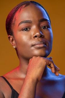 Retrato de uma linda mulher africana olhando para a frente