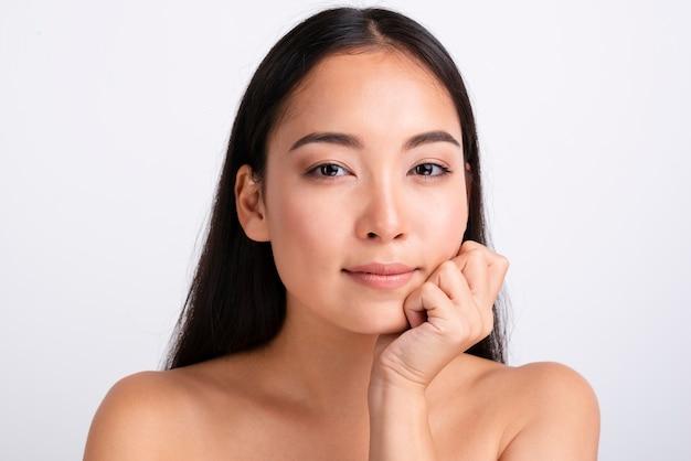 Retrato de uma linda mulher asiática com pele clara