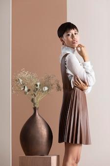 Retrato de uma linda mulher asiática com roupas de outono