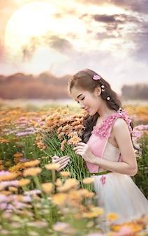 Retrato de uma linda mulher asiática em um campo de flores