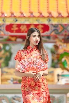 Retrato de uma linda mulher asiática no vestido cheongsam