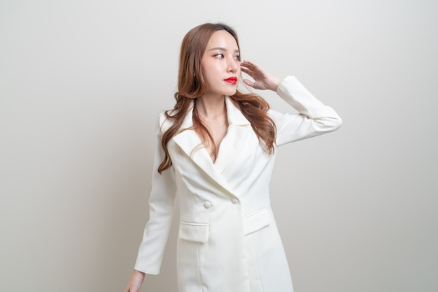Retrato de uma linda mulher asiática segurando uma sacola de compras no fundo branco