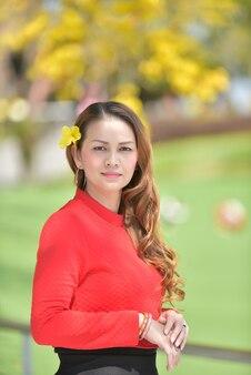 Retrato de uma linda mulher asiática sorrindo para a câmera