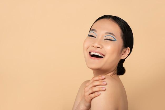 Retrato de uma linda mulher asiática usando maquiagem