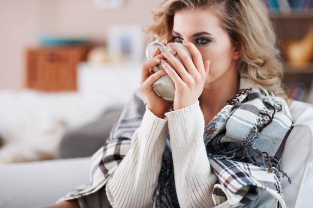 Retrato de uma linda mulher bebendo em uma caneca