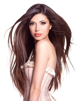 Retrato de uma linda mulher branca com cabelos longos e lisos