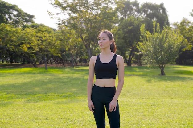 Retrato de uma linda mulher chinesa fazendo exercícios no parque