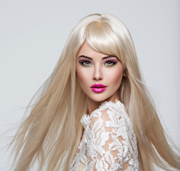 Retrato de uma linda mulher com cabelos longos brancos e lisos e maquiagem brilhante. rosto de uma modelo com batom rosa. menina bonita posando.
