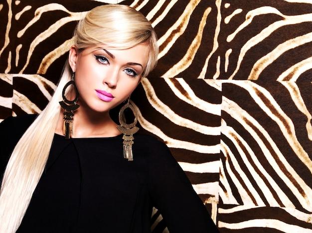 Retrato de uma linda mulher com maquiagem fashion no rosto e cabelos brancos compridos.