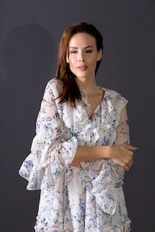 Retrato de uma linda mulher com um vestido de verão.