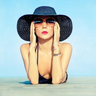 Retrato de uma linda mulher de férias