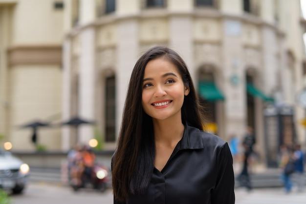 Retrato de uma linda mulher de negócios asiática ao ar livre em bangkok, tailândia