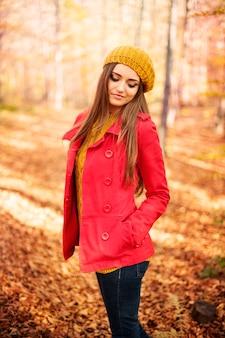 Retrato de uma linda mulher de outono