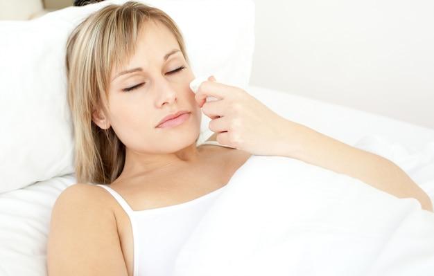 Retrato de uma linda mulher doente deitada em uma cama