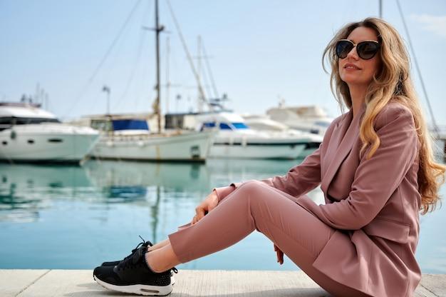 Retrato de uma linda mulher em um porto