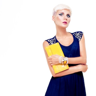 Retrato de uma linda mulher em um vestido de noite com uma bolsa
