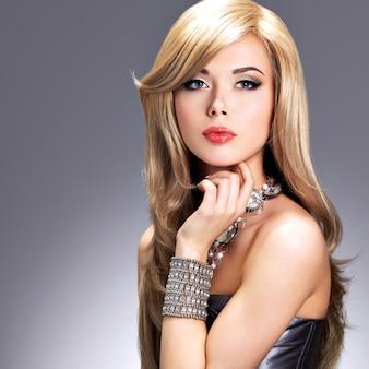 Retrato de uma linda mulher fashion com maquiagem brilhante.