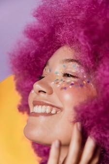 Retrato de uma linda mulher feliz