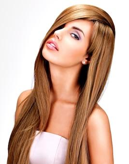 Retrato de uma linda mulher indiana com cabelo castanho longo e reto.