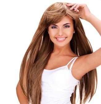 Retrato de uma linda mulher indiana sorridente feliz com cabelo comprido isolado no branco
