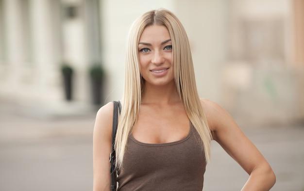 Retrato de uma linda mulher loira ao ar livre na rua