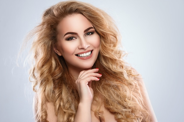Retrato de uma linda mulher loira com cabelos cacheados