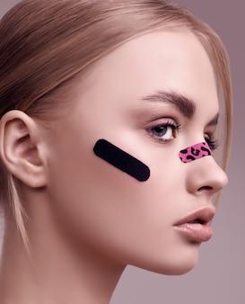 Retrato de uma linda mulher loira com maquiagem glamourosa no rosto