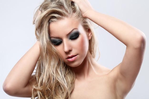 Retrato de uma linda mulher loira com maquiagem