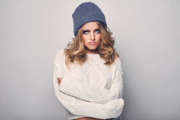 Retrato de uma linda mulher loira de suéter branco
