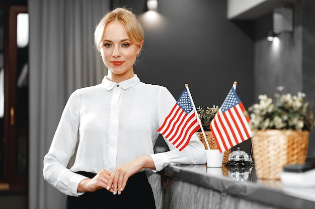 Retrato de uma linda mulher loira recepcionista de hotel close-up