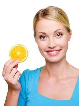 Retrato de uma linda mulher loira sorridente com melão laranja