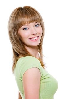 Retrato de uma linda mulher loira sorridente