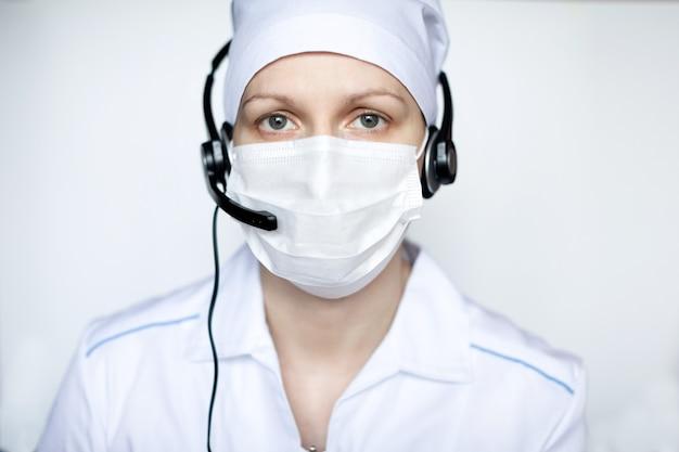 Retrato de uma linda mulher médica usando máscara protetora com aparelho.