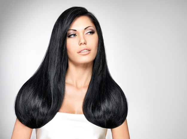 Retrato de uma linda mulher morena com cabelos longos e lisos