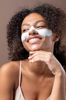 Retrato de uma linda mulher negra com máscara facial