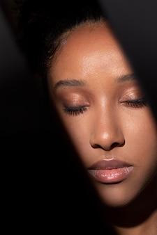 Retrato de uma linda mulher negra com sombras misteriosas