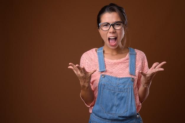 Retrato de uma linda mulher nerd com óculos